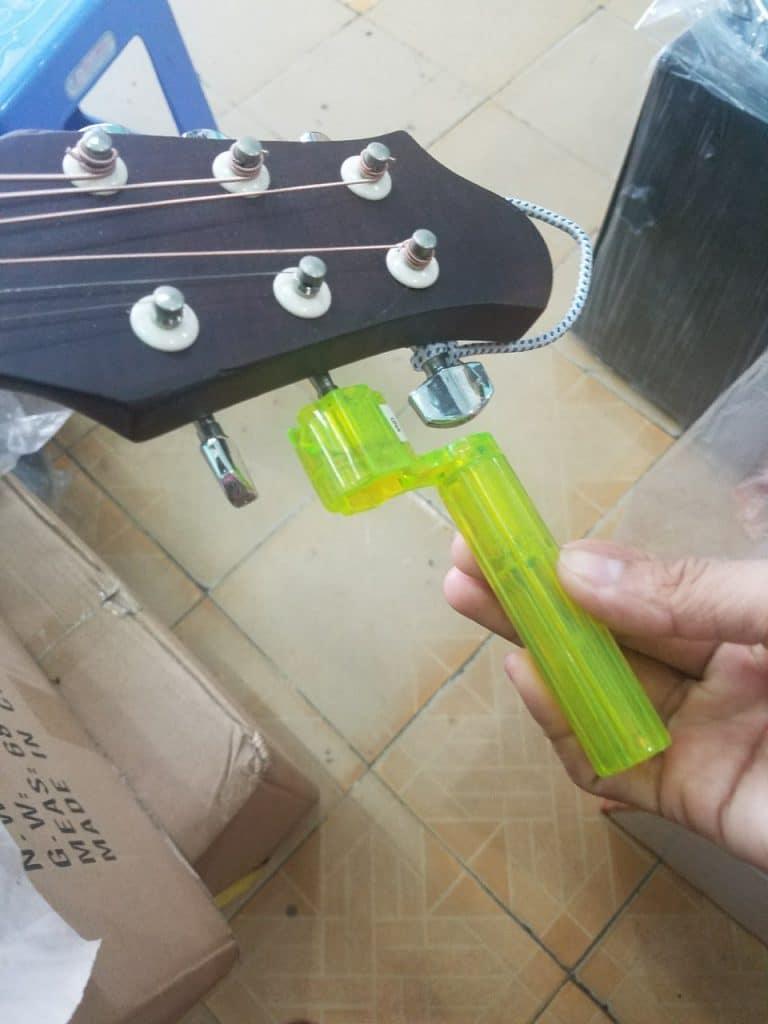 Tay Quay Thay Dây Đàn Guitar 2